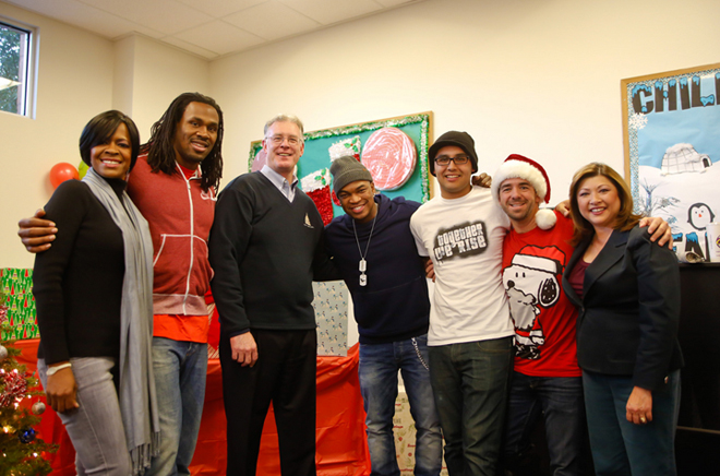 Steven Jackson poses with Ne-Yo and helpers for his Compound Foundation and the Boys & Girls Club (Las Vegas Sun Photo).