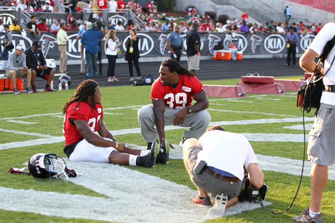 SJ talks with rookie running back Devonta Freeman at the Falcons' Friday Night Lights scrimmage (Falcons photo).